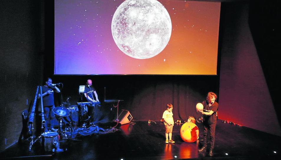 Imatge de l'espectacle, dirigit al públic familiar.