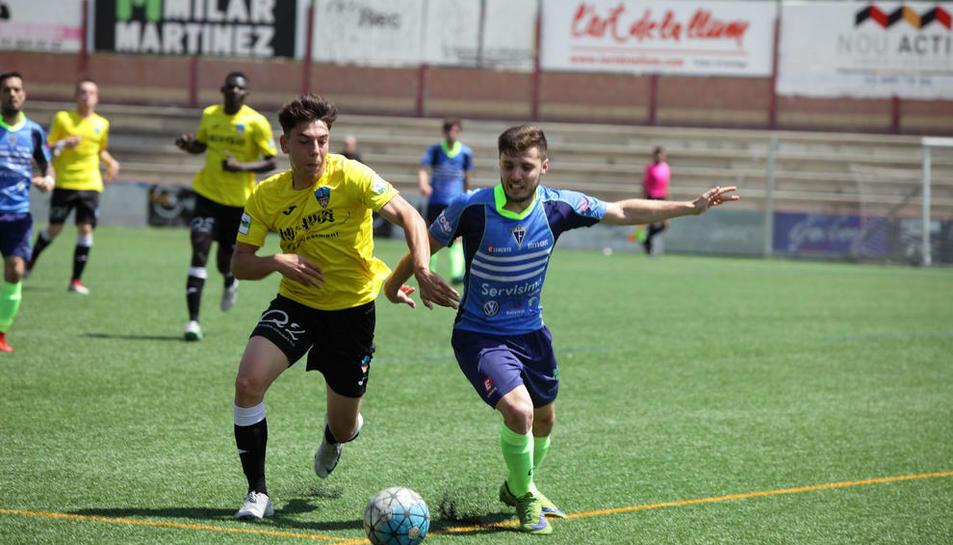 Un jugador del Lleida B pugna per l'esfèric amb un rival, ahir.