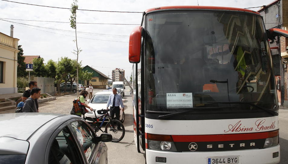 Usuaris agafant ahir el bus alternatiu entre Balaguer i la Pobla de Segur.