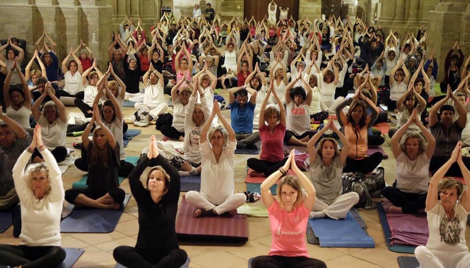 Singular sessió de ioga, ahir a la nit a la Seu Vella en una nova edició de 'Nits de Lluna Plena al Claustre'.