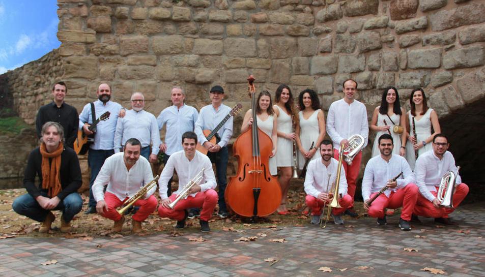 Imatge conjunta del grup Marinada i la cobla Vents de Riella, els nous Havaneres amb Cobla.