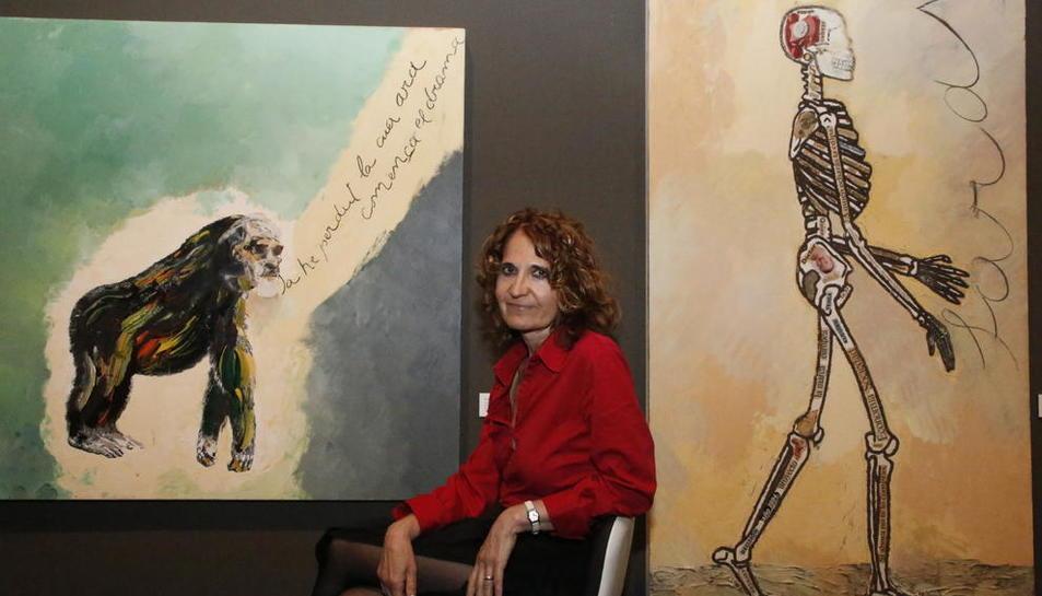 L'escriptora, ahir al costat d'obres de Guinovart al Museu de Lleida.