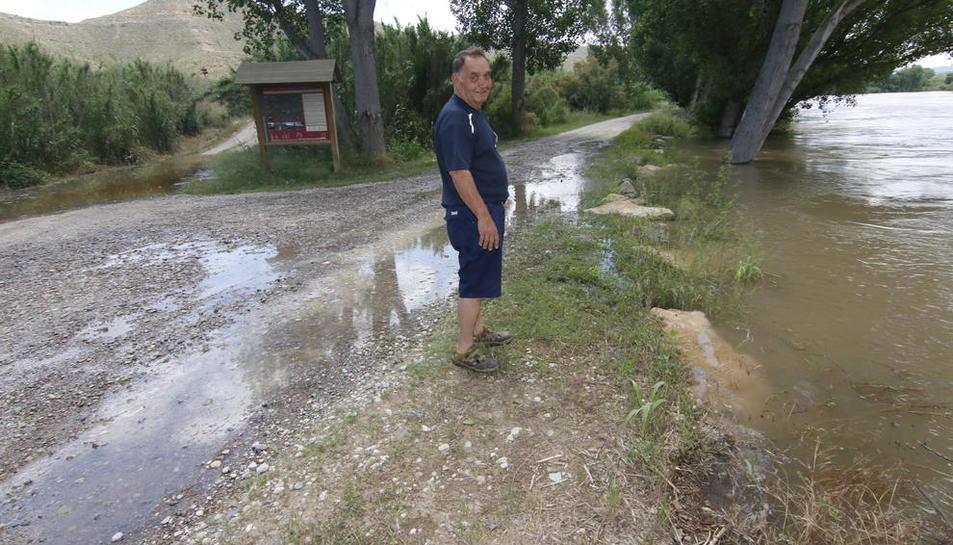 L'agutzil de la Granja d'Escarp a la zona de pícnic a prop de la confluència del riu Cinca amb el Segre, on l'aigua va tallar els accessos.