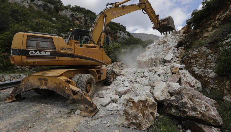 Imatge dels treballs per retirar les roques de la carretera de Vilanova de Meià a Gavet de la Conca.