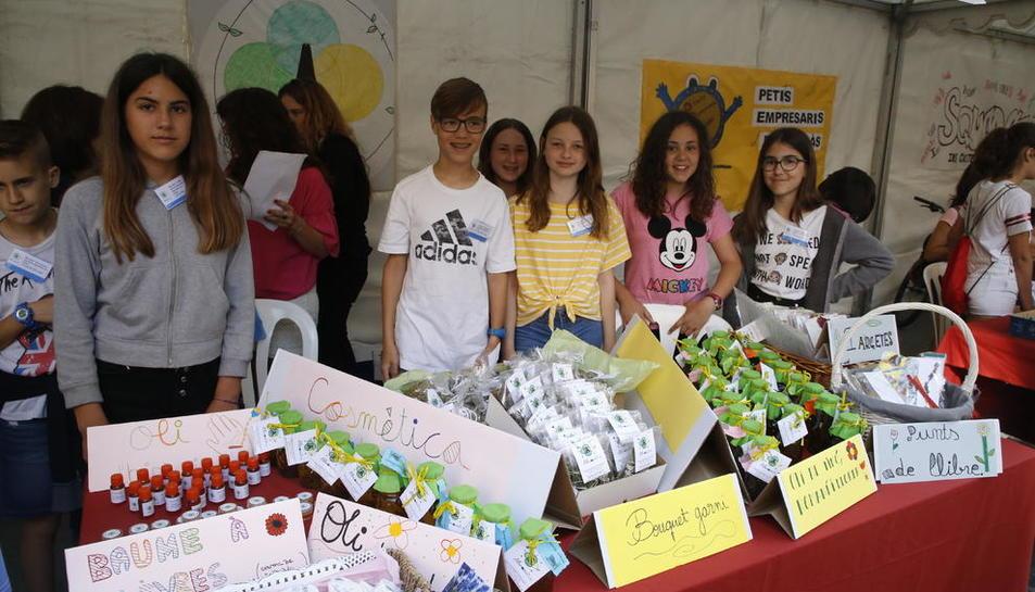 Una de les parades que hi havia ahir a la plaça Catedral on els alumnes venien els seus productes.