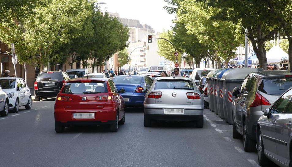 Diversos cotxes en doble fila al carrer Comtes d'Urgell als voltants del mercadillo de Pardinyes, ahir.