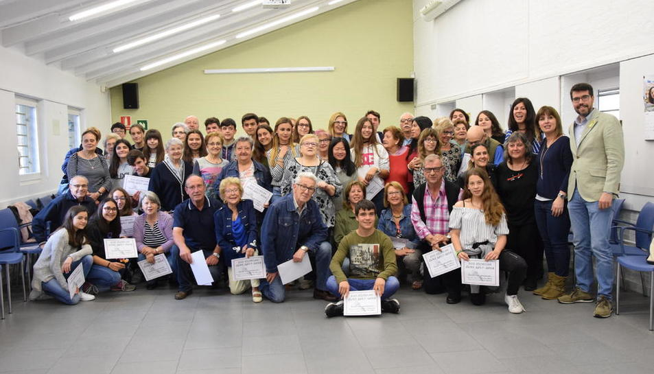 Fotografia de grup dels participants en el projecte 'Ens escrivim', que ahir es van conèixer en persona a la Seu d'Urgell.