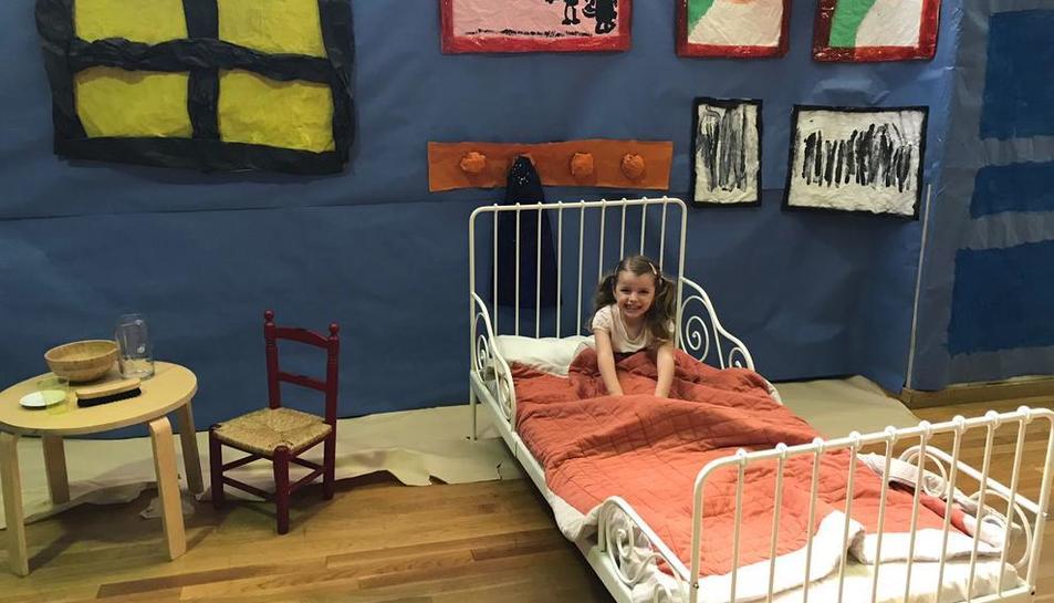 Una de les alumnes d'Educació Infantil, durant la jornada de clausura del 'Viatjant amb l'art'