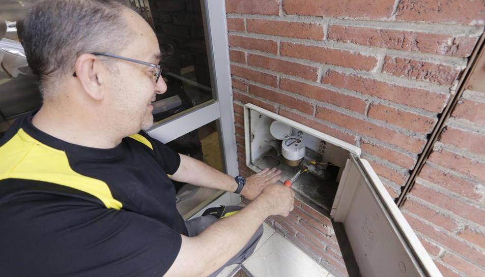 Comptador general de la canonada de subministrament d'aigua en un bloc de pisos.