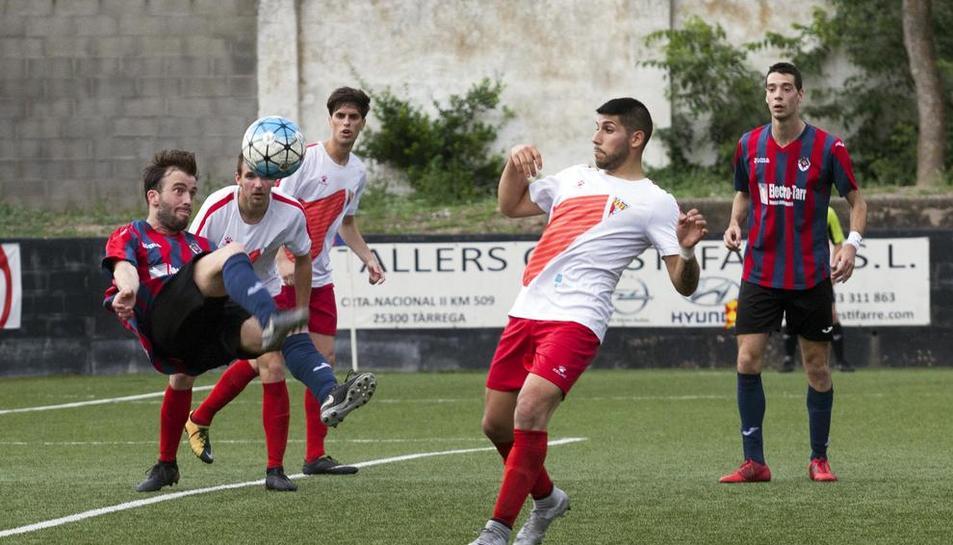 Un jugador del Tàrrega impacta una pilota en l'aire davant diversos rivals del Rubí, ahir al Municipal Joan Capdevila.