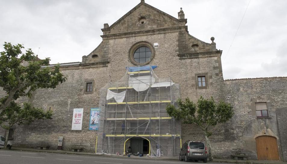 Una gran malla cobreix la portalada de l'església de Sant Ramon.