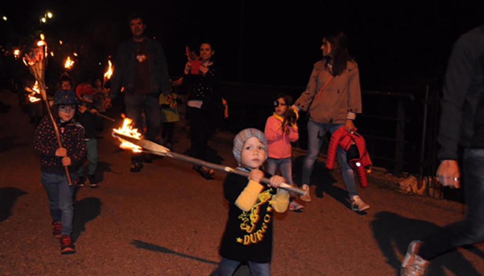 Descenso de las fallas infantiles ayer por la noche en Durro, en la Alta Ribagorça.