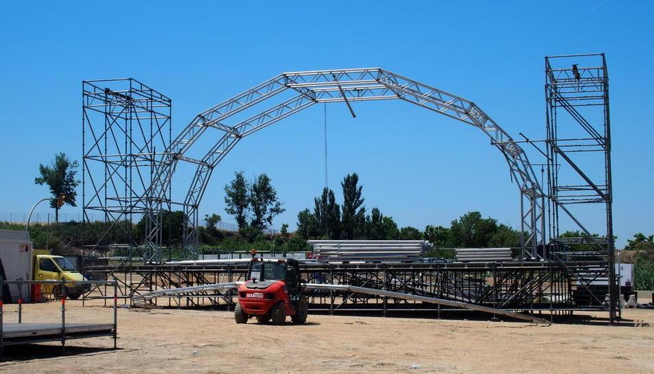 Instal·lació d'un dels escenaris del festival musical al parc de la Serra de Mollerussa.