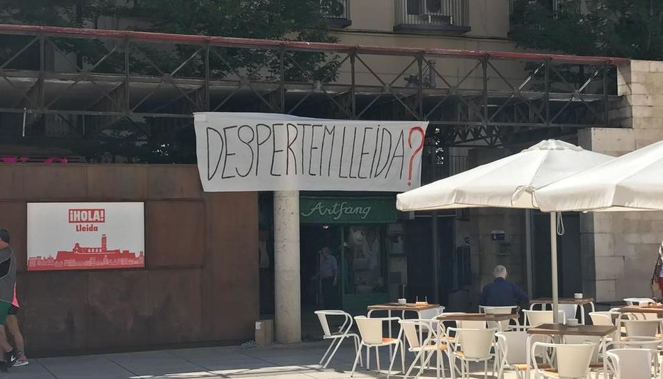 """Una de las pancartas con el lema """"Despertem Lleida?"""" que aparecieron ayer en la ciudad."""