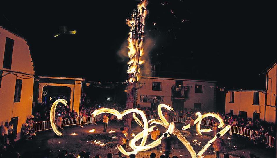Espectacular imagen de la Crèma der Haro e es Halhes en Les, cuando las antorchas se hacen girar discribiendo círculos.
