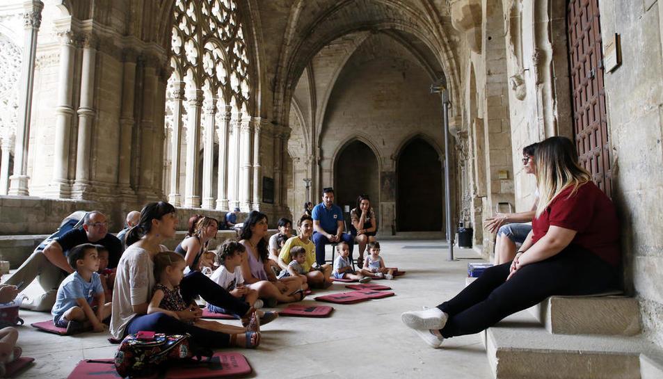 Moment de la lectura de contes, a càrrec de treballadors del consorci, al claustre de la Seu.