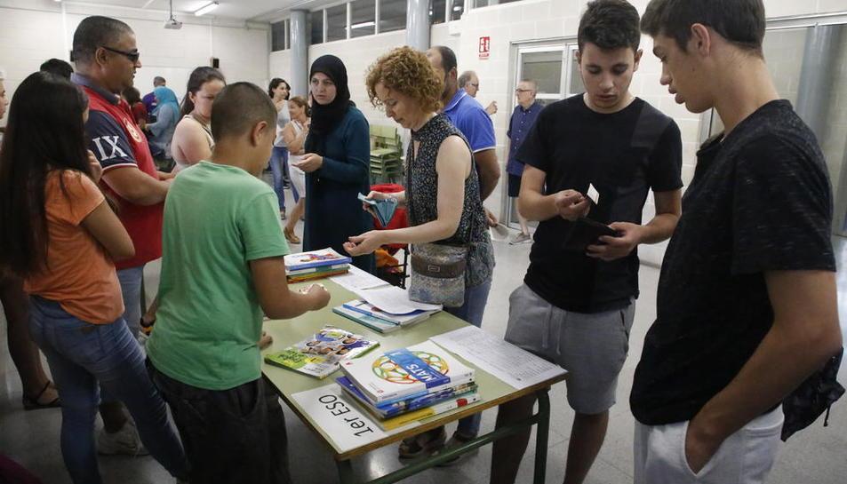 Pares i alumnes ahir al mercat de llibres de text de segona mà de l'institut Guindàvols.
