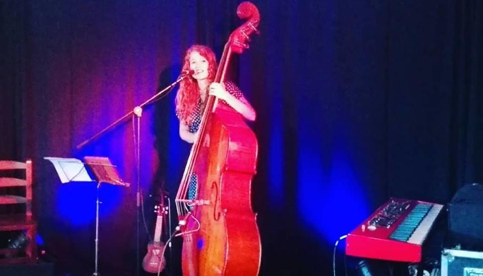 L'artista barcelonina Gemma Abrié, ahir en concert a Burg.