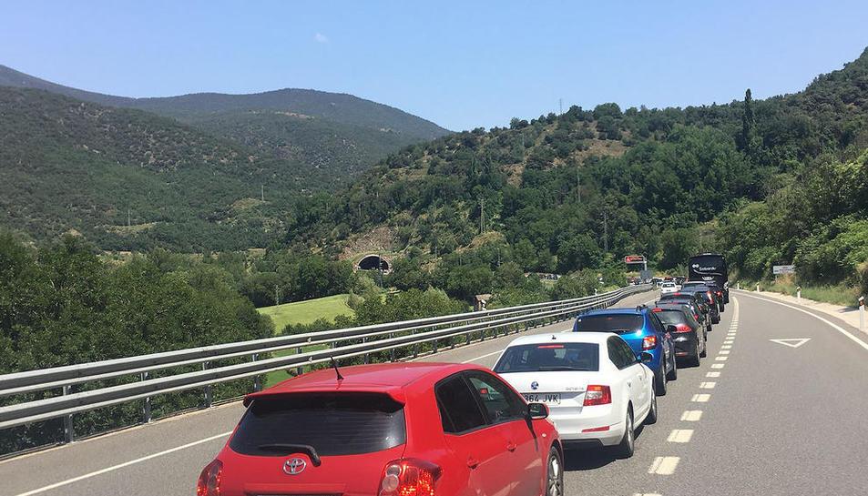 Cues de 10 quilòmetres per entrar a Andorra per la Farga de Moles