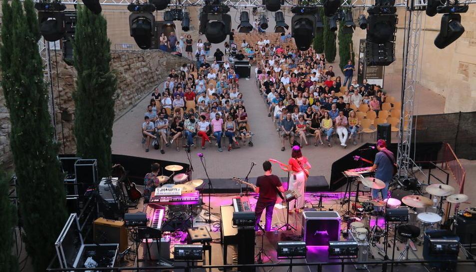 El conjunt lleidatà Renaldo & Clara va obrir ahir a la nit, encara amb llum diürna, la segona edició del Seu Vella Music Festival.