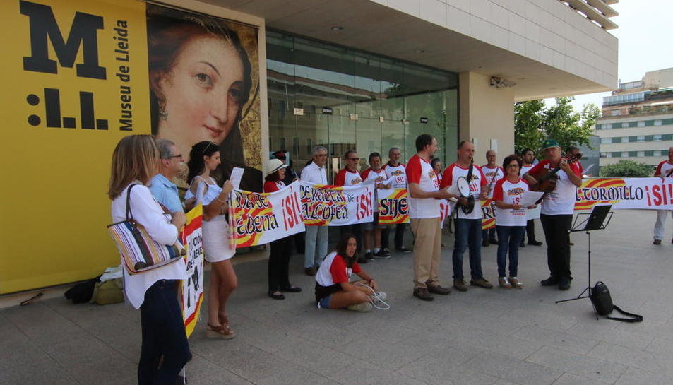 Imatge dels membres de la plataforma davant el museu.