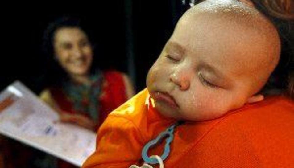 Los bebés que comen sólidos de cumplir los seis meses tienen menos problemas para dormir