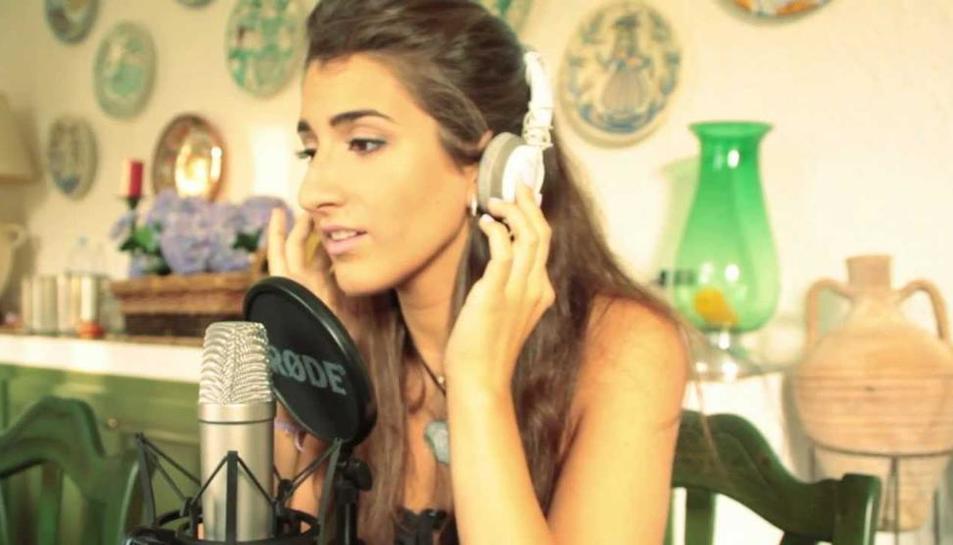 Veil, nombre artístico de Txell Prada, llamó la atención del productor Albert Solà en YouTube.