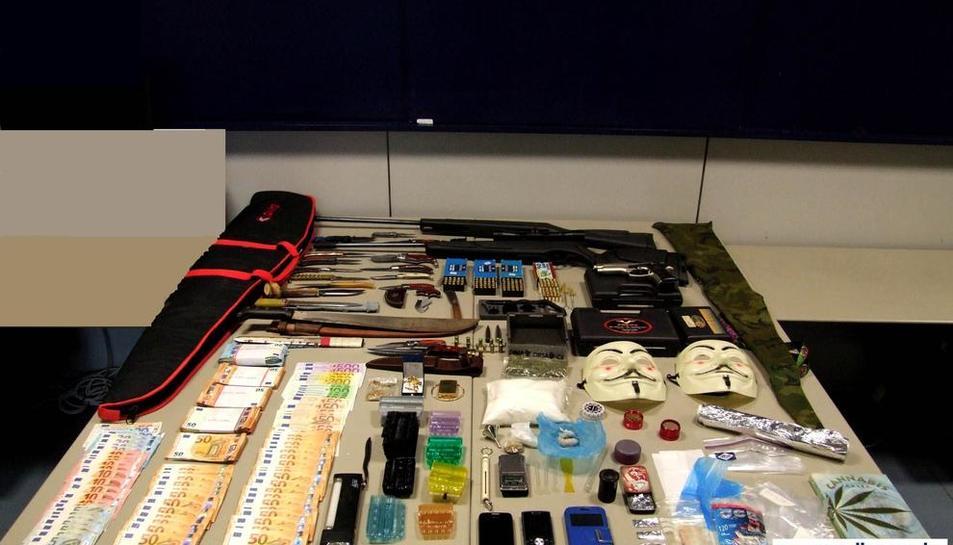 Objetos y dinero decomisado al detenido tras registrar su casa.