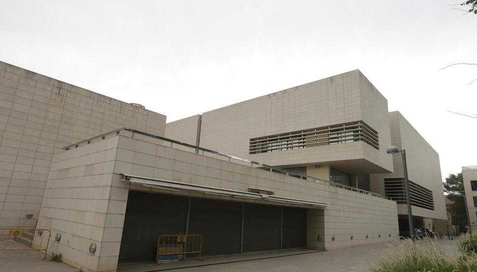 Vista del Museu de Lleida, amb la zona del bar restaurant tancat en primer pla.