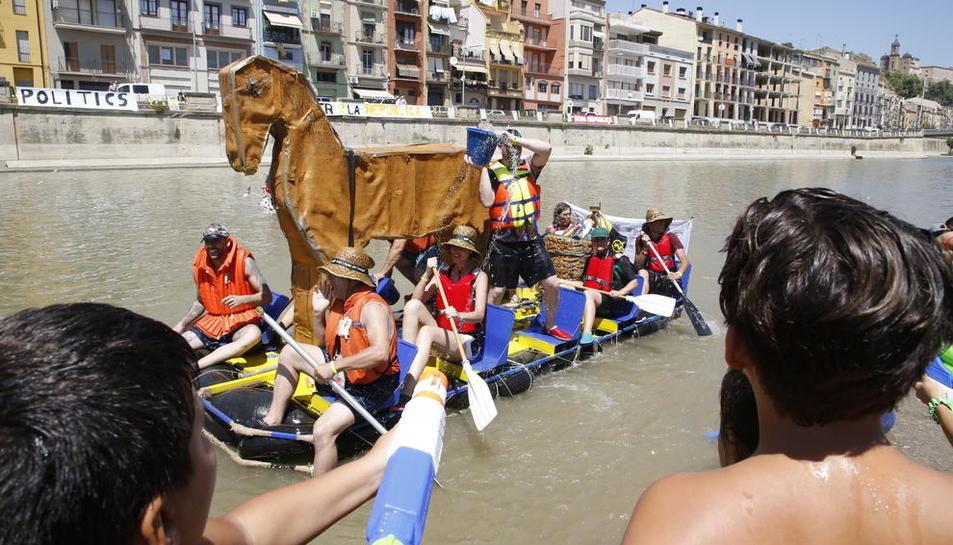 Una embarcació que simulava un cavall de Troia.