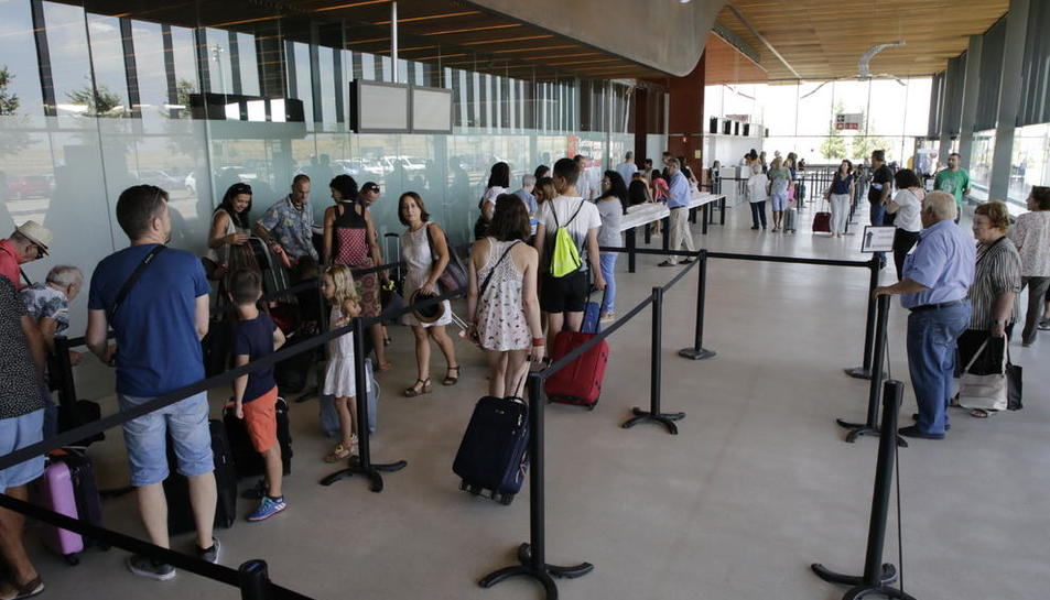 Viajeros en la terminal de Alguaire durante la primera jornada de los vuelos de verano a Ibiza y Menorca.