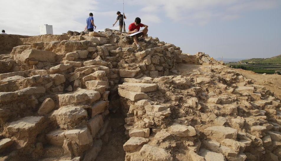 Arqueólogos trabajando ayer en el yacimiento del poblado de Gebut, datado entre los siglos III y I a.C.