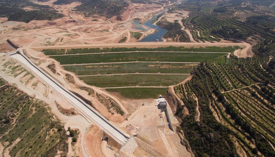 Los terrenos donde proyectan el camping de L'Albagés (izquierda) y una vista aérea de la presa de L'Albagés (derecha) a finales del año pasado