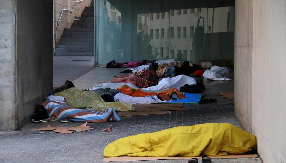 Una veintena de temporeros duermen cada noche bajo la cubierta del centro cívico de l'Ereta.
