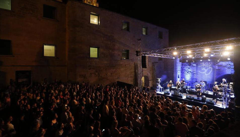 Imagen de un momento de la actuación de Sau30 ayer, en el escenario exterior de la Canonja de la Seu Vella.