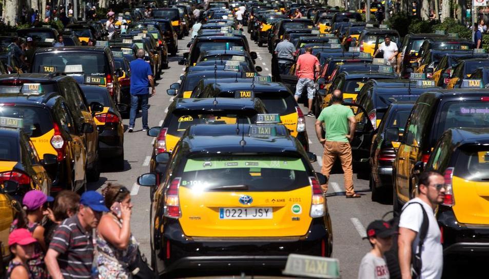 Centenares de taxistas colapsaron la Gran Via, en Barcelona.