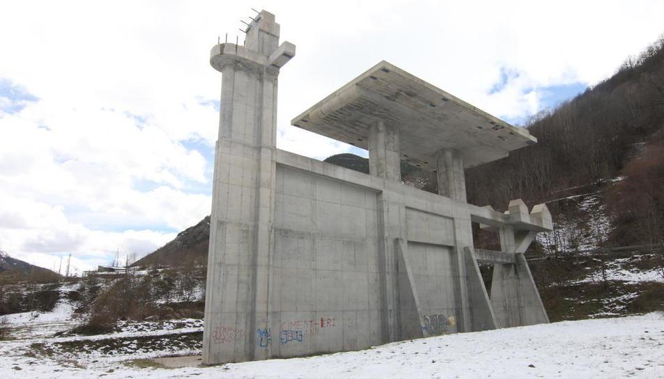 La base del remuntador de l'estació d'esquí inacabada de Vallfosca, a prop del poble d'Espui.
