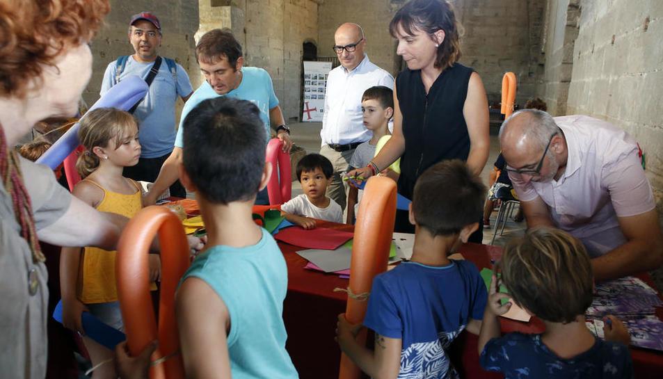El alcalde accidental, Rafel Peris, en un taller infantil que se celebró ayer en el castillo de Gardeny.
