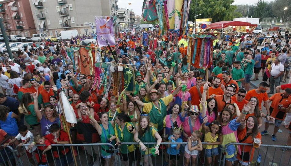 A les festes de Pardinyes participen 33 penyes, que es van congregar davant de l'escenari principal.