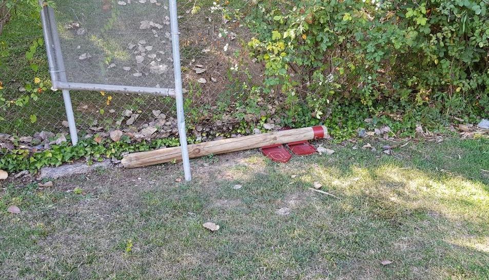 Alguien rompió un poste de señalización del campo de tiro.