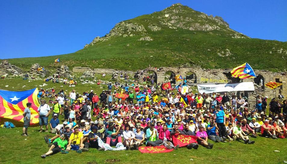 Foto de família de les més de 600 persones que es van reunir ahir al port de Salau.