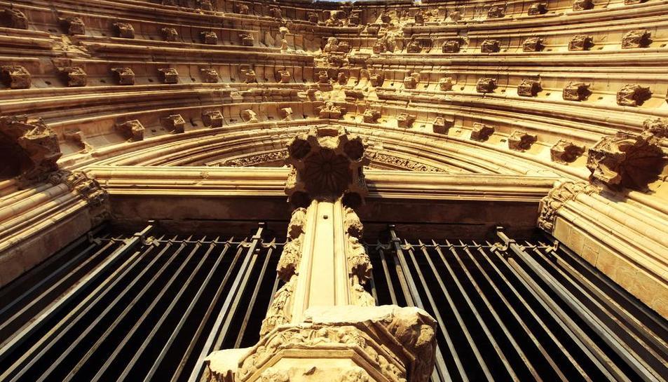 Detall exterior de la Porta dels Apòstols de la Seu Vella de Lleida, que espera ser restaurada.