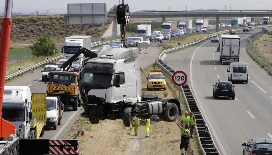 Un momento de la retirada del camión accidentado en la autovía en Bell-lloc.