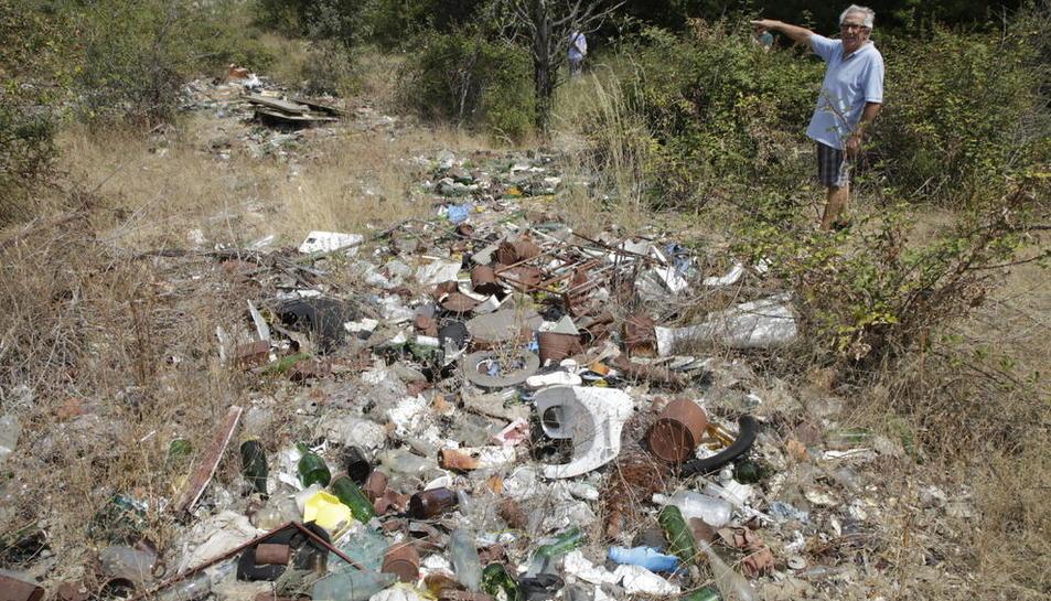Tones de tota mena de residus s'acumulen en un abocador il·legal a prop de la urbanització.