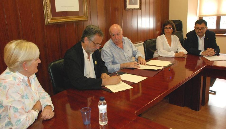 Imagen de la firma del convenio entre el Conselh y la AALO.