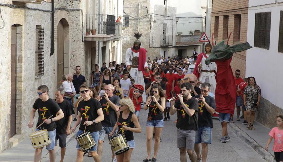 Música y teatro en Arbeca  -  La localidad de Les Garrigues abrió ayer sus festejos con un pasacalles que hizo las delicias de decenas de vecinos. Los 'gegants' y la compañía de teatro La Cremallera fueron los encargados de animar a los má ...