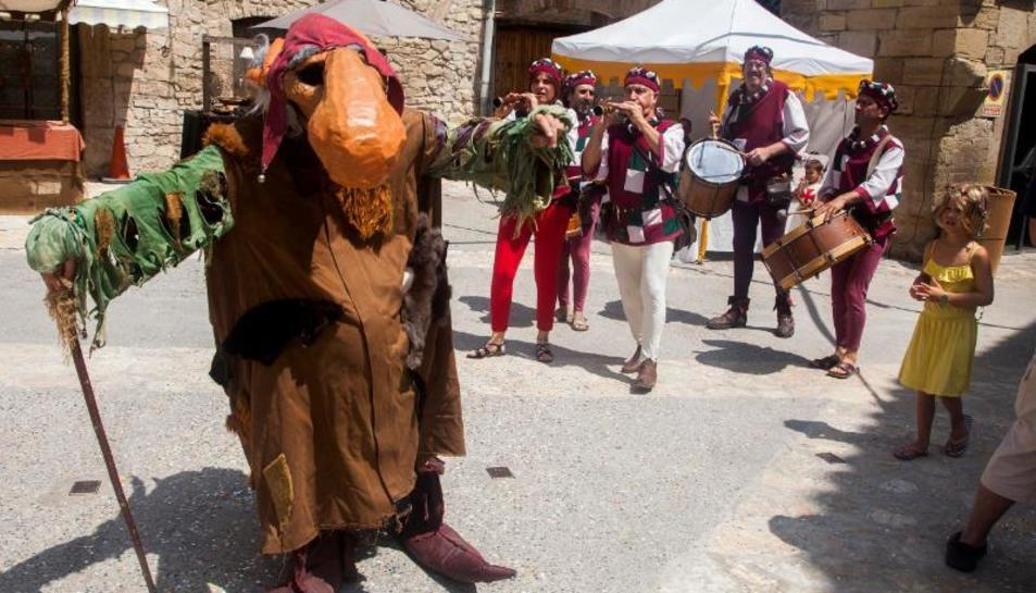 El monstruo Narigut hizo las delicias de pequeños y mayores durante el pasacalles musical.