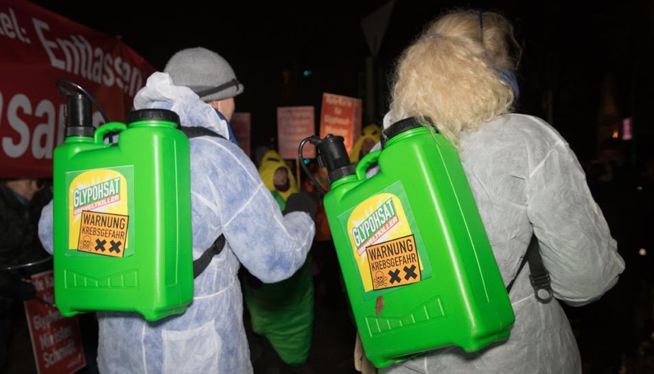 Ciutadans del moviment de l'organització ecologista Campact protesten davant el Palau de Belleuve a Berlín, Alemanya.
