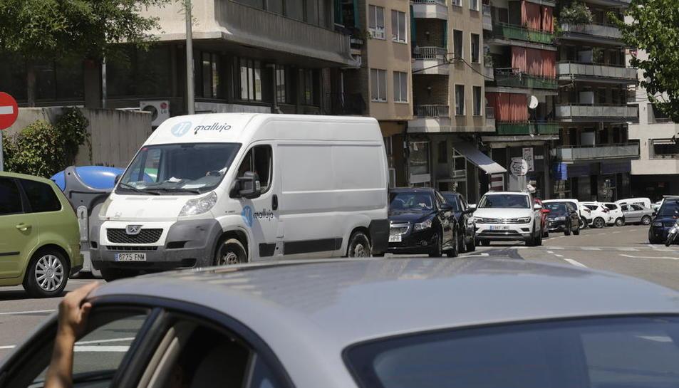 Vehicles accedint a Ronda des d'Acadèmia ahir a la tarda.