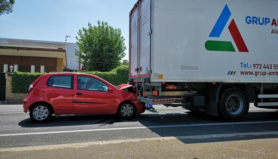 El turisme va xocar amb la part posterior d'un camió ahir.